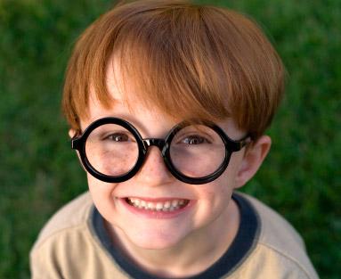 Con gafas o lentes de contacto se puede corregir el estrabismo convergente.